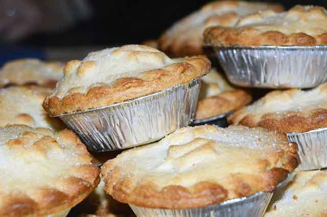 FDN LIFE MAGAZINE - ISSUE 4 > Nathalia da Silva writers on FESTIVE SEASON FOOD FROM AROUND THE WORLD - Mince pies from Britian