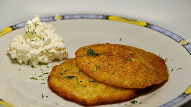 FDN LIFE MAGAZINE - ISSUE 4 > Nathalia da Silva writers on FESTIVE SEASON FOOD FROM AROUND THE WORLD - Latkes (fried potato cakes) in Israel